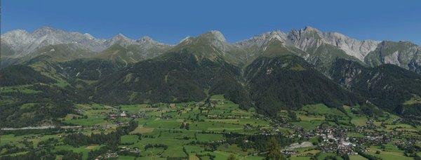 Virgen und der Ortsteil Obermauern in Osttirol im Sommer | Virgental