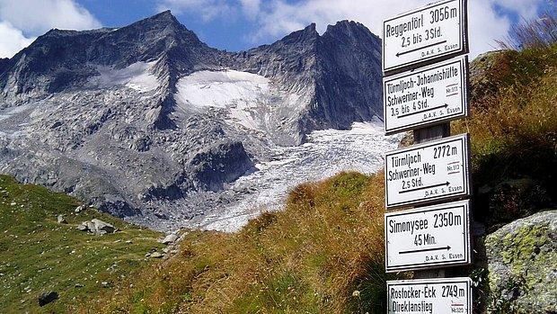 Wegweiser direkt an der Essener- und Rostocker Hütte 2.208 m